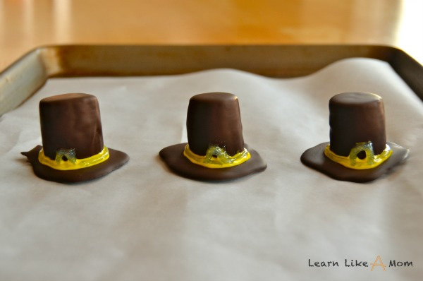 Banana and Chocolate Pilgrim Hats! - Learn Like A Mom! http://learnlikeamom.com/recipes/pilgrim-hats/