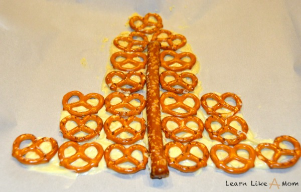 Santa Snacks (Made with Pretzels and Chocolate) Learn Like A Mom! These treats are made with love for Santa (or his little helpers!) http://learnlikeamom.com/around-the-house/santa-snacks/ #dessert #recipe #party #kids #snacks